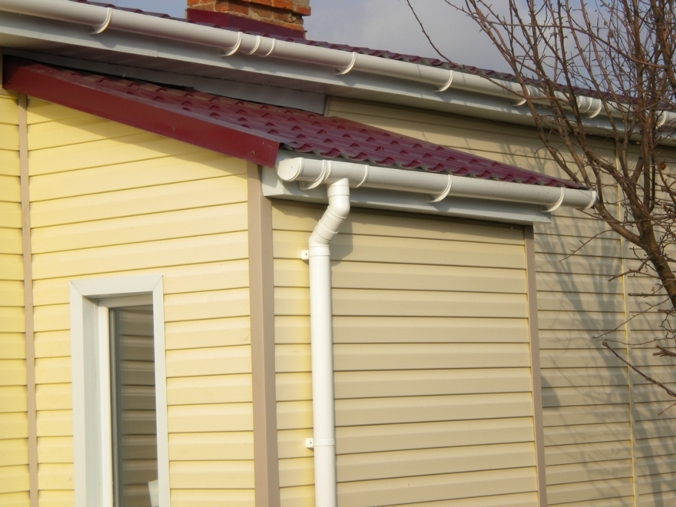 Слив с крыши дома